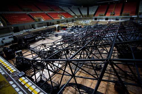 Laura Pausini crolla il palco